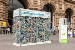 SodaStream errichtet Flaschenkäfig vor dem Frankfurter Hauptbahnhof