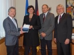 DGE: Ernährungsbericht an Ministerin übergeben