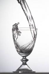 Mineralwasser muss laut Verordnung verschlossen serviert werden