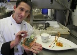 Küchenchef Helmut Schwögler serviert Lachsfilet aus der Spülmaschine