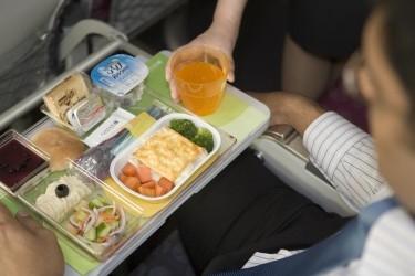 Qatar Airways führt recyclingfähiges Geschirr ein