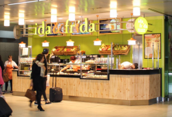 Stockheim: Ida & Frida erfreut Reisende am Düsseldorfer Hauptbahnhof