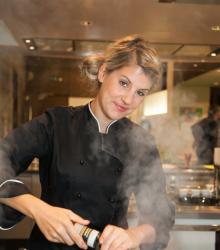Fernsehköchin auf See: Felicitas Then kreiert Feinschmecker-Dinner auf der A-Rosa Flora