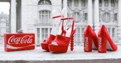 Laufstegpremiere: Sophia Webster kreiert Designerstücke im Coca-Cola Style