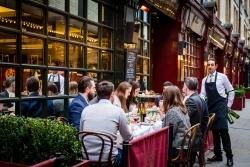Outdoor-Genuss: Restaurantgäste sitzen im Sommer gerne draußen
