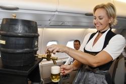 Feststimmung im Flieger: Lufthansa zapft Oktoberfestbier an Bord