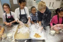 Gauls Catering: Unternehmen ludt erneut Flüchtlingskinder zum Plätzchen backen ein