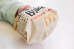 Nachhaltigkeit: McDonald's Deutschland serviert Burger in Graspapier
